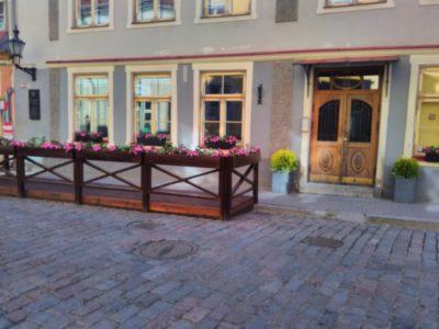 Välikohviku terrass piirete ja lillekastidega Vanalinna teisaldatav