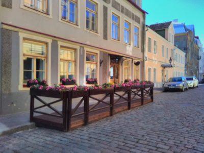 Välikohviku terrass piirete ja lillekastidega Vanalinna väike